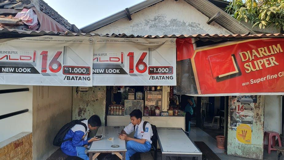 Riset: iklan rokok kepung sepertiga sekolah di Surabaya, kenapa Risma tidakmelarangnya?
